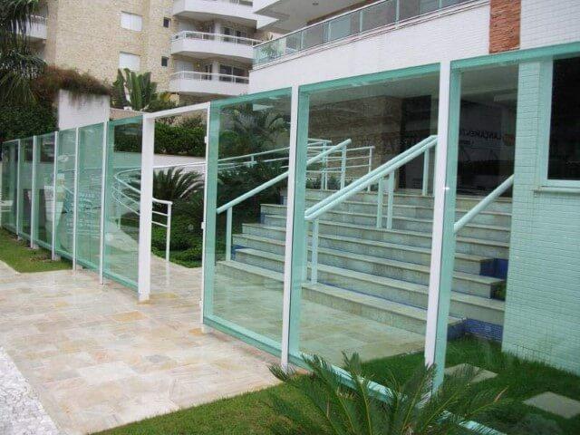 Muro de vidro verde com estrutura verde em prédio Foto de Toniglass