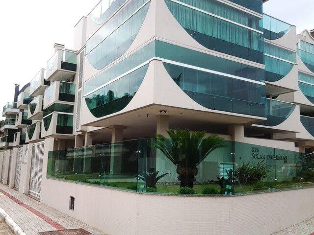 Muro de vidro verde em prédio com fachada de vidro verde Foto de Sanglass