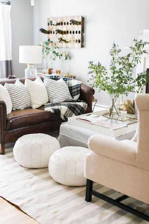 O sofá de couro marrom se conecta com os demais elementos da sala de estar. Fonte: Pinterest