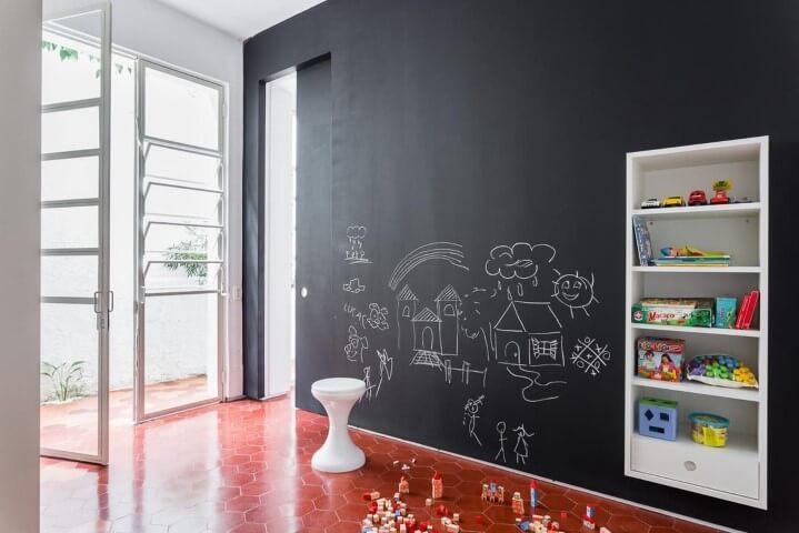 Parede chalkboard em sala de brinquedos Projeto de Felipe Hess