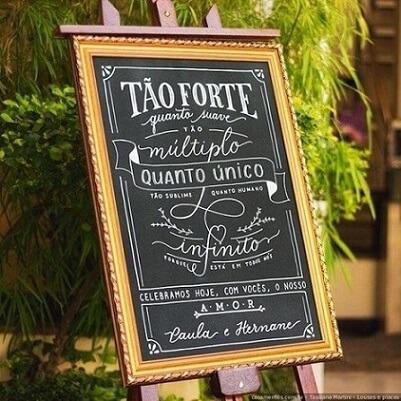 Placa de chalkboard com escrito em giz no casamento Foto de Casa e Festa