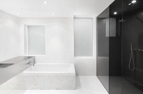 Porcelanato líquido na cor branca no banheiro