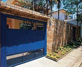 Portão de ferro azul com muro de tijolinhos Foto de Vai Com Tudo