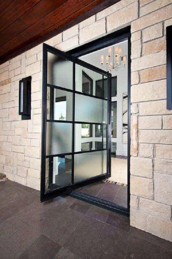 Porta de entrada pivotante com diferentes tipos de vidros. Fonte: PPDS Design + Interiors