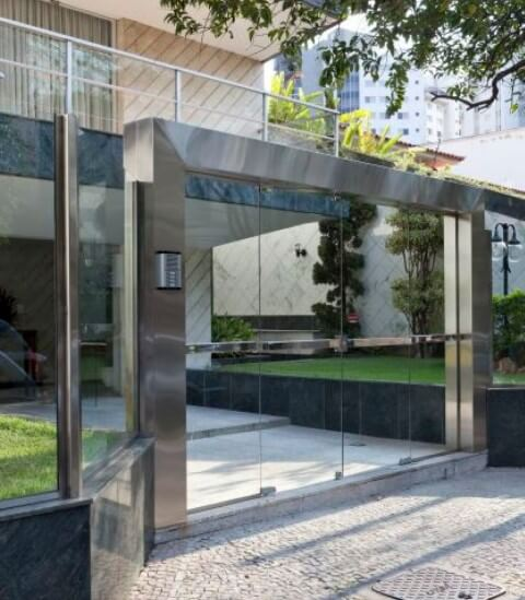 Prédio com muro de vidro e estrutura de alumínio Foto de Ferreira Ulhoa