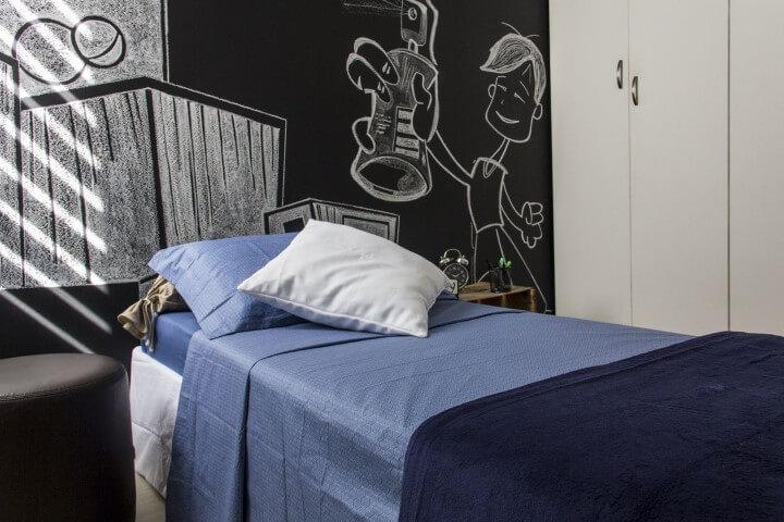 Quarto infantil com parede chalkboard atrás da cama Projeto de Zark Studio