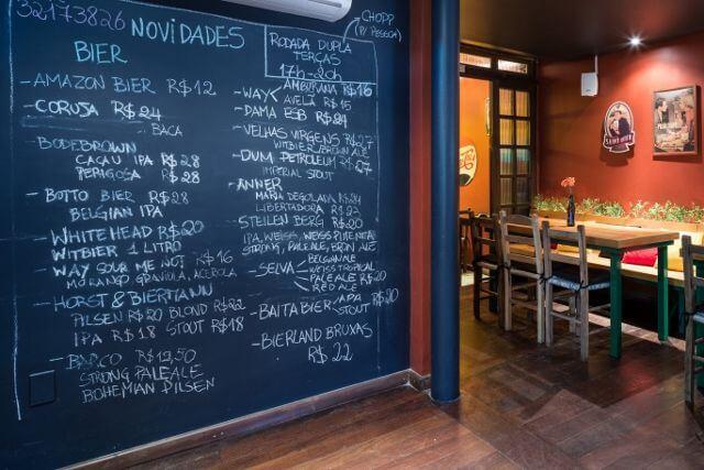 Restaurante com parede chalkboard com cardápio Projeto de Ambientta Arquitetura