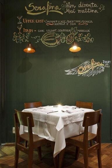Restaurante com parede chalkboard com cardápio de drinks Projeto de Triplex Arquitetura