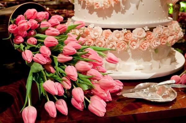 Rosas e tulipas formam uma combinação linda