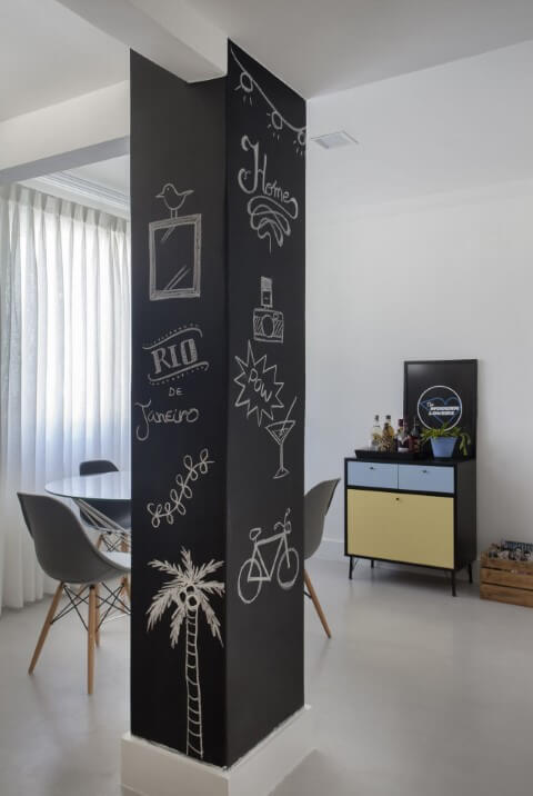 Sala com pilastra pintada como chalkboard Projeto de Mariana Martini