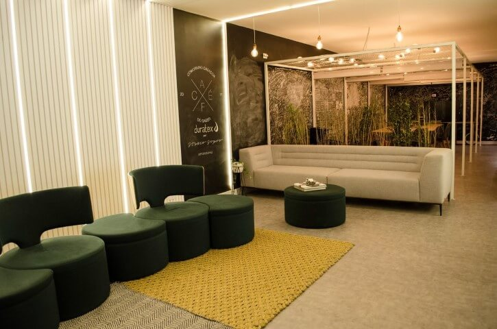 Sala de estar ampla com dois ambientes e paredes chalkboard Projeto de Casa Cor SP 2017