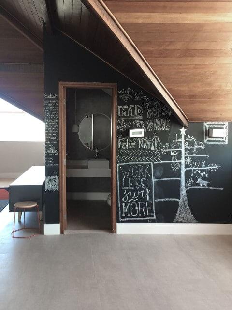 Sala de jogos com parede chalkboard e desenhos Projeto de Mariana Martini