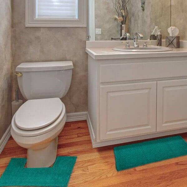 Tapete no banheiro pequeno azul verde