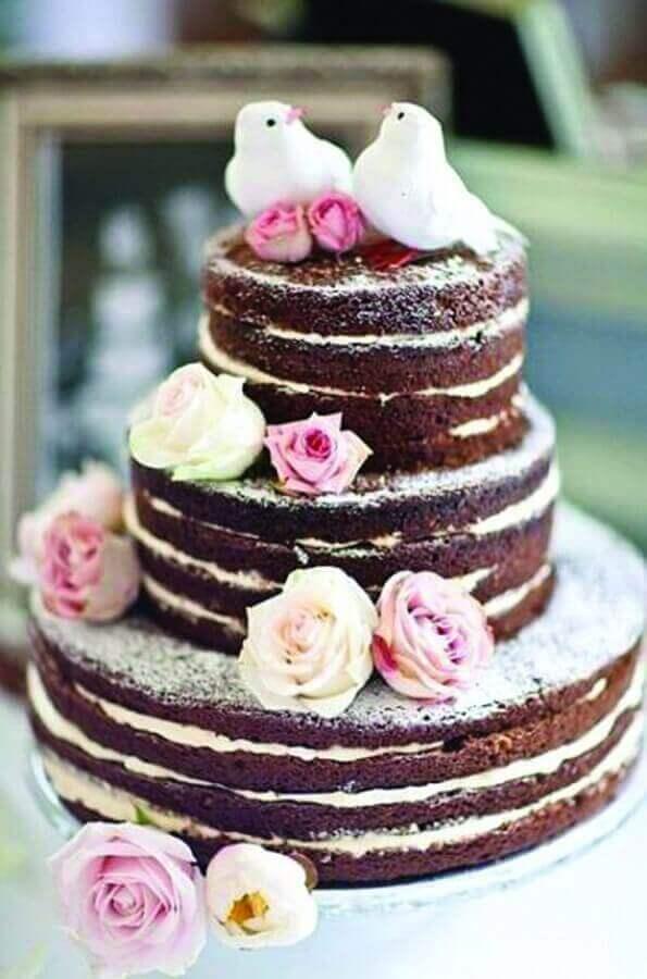bolo de noivado simples de chocolate decorado com rosas Foto Pedaços de Ternura