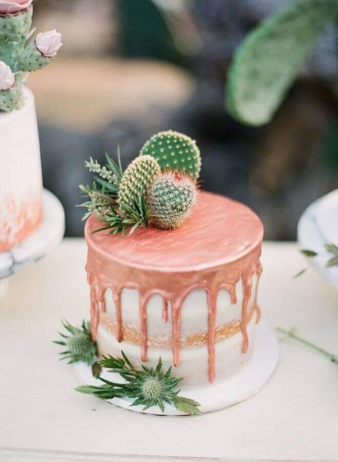 bolo de noivado simples decorado com cobertura rosa e cactos Foto Pinterest