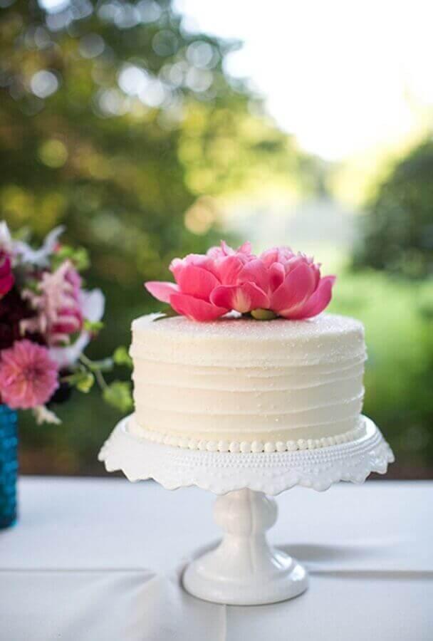 bolo de noivado simples decorado com flor rosa no topo Foto Air Freshener