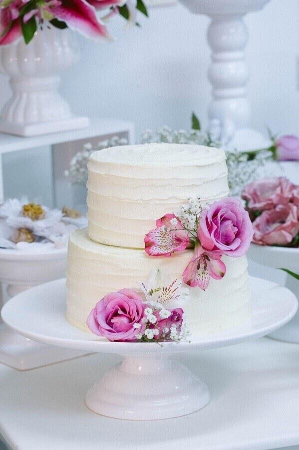 bolo de noivado simples dois andares todo branco decorado com flores rosa Foto Julia Guedes