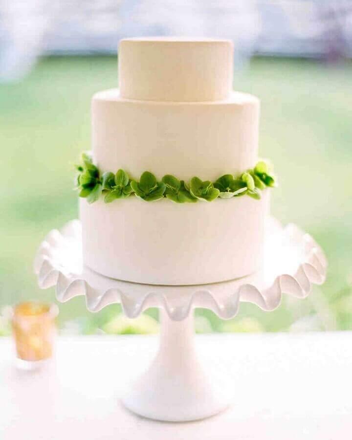 bolo de noivado simples todo branco com arco de flores verdes Foto Once Wed