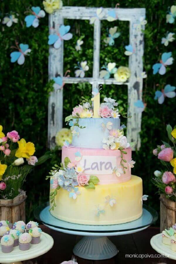 bolos de aniversário decorados para festa jardim encantado com delicadas flores em tons pastéis Foto Monica Paiva