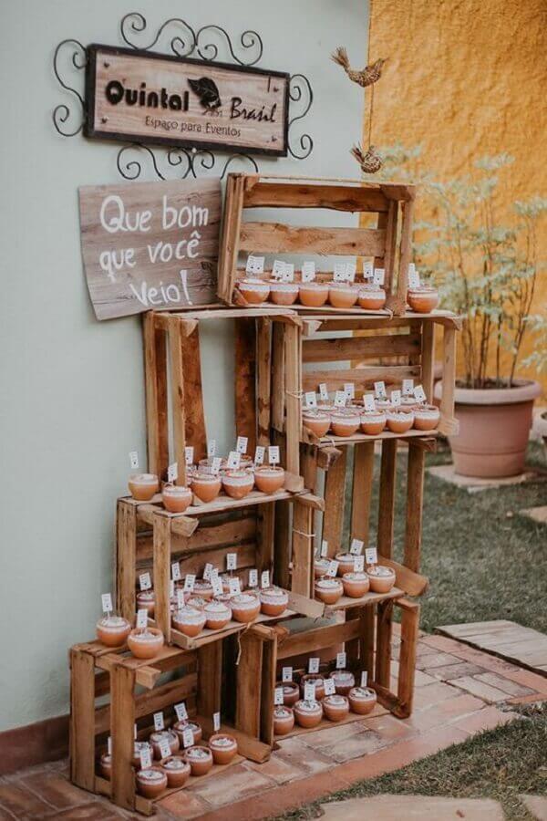 caixotes de feira para decoração de noivado simples e rústico Foto Pinterest
