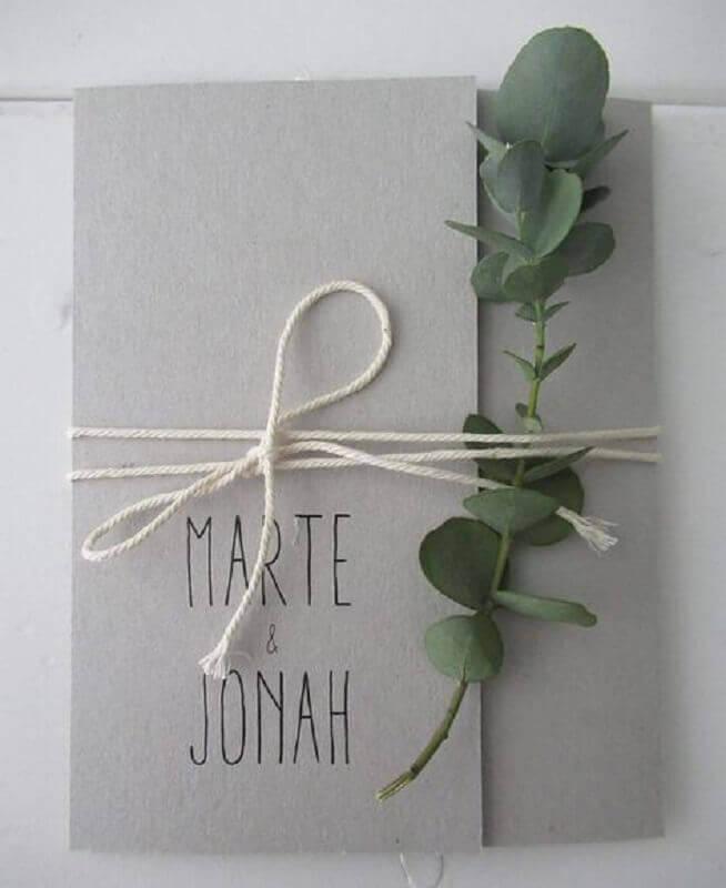 convite de noivado simples amarrado com barbando e com ramo de planta Foto Huis & Grietje
