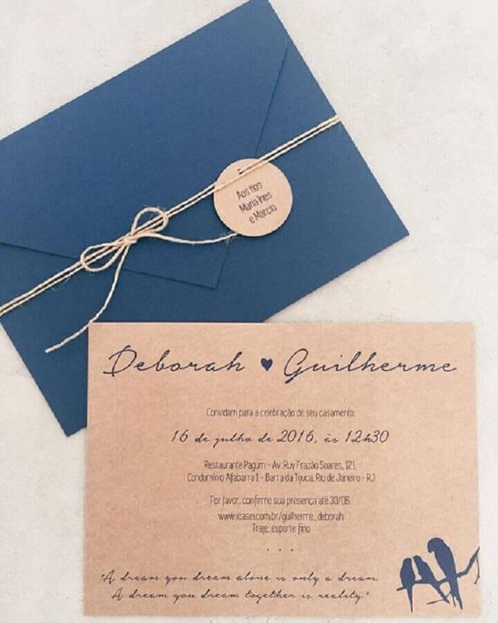 convite de noivado simples em papel pardo e envelope azul fechado com barbante Foto Casar É...