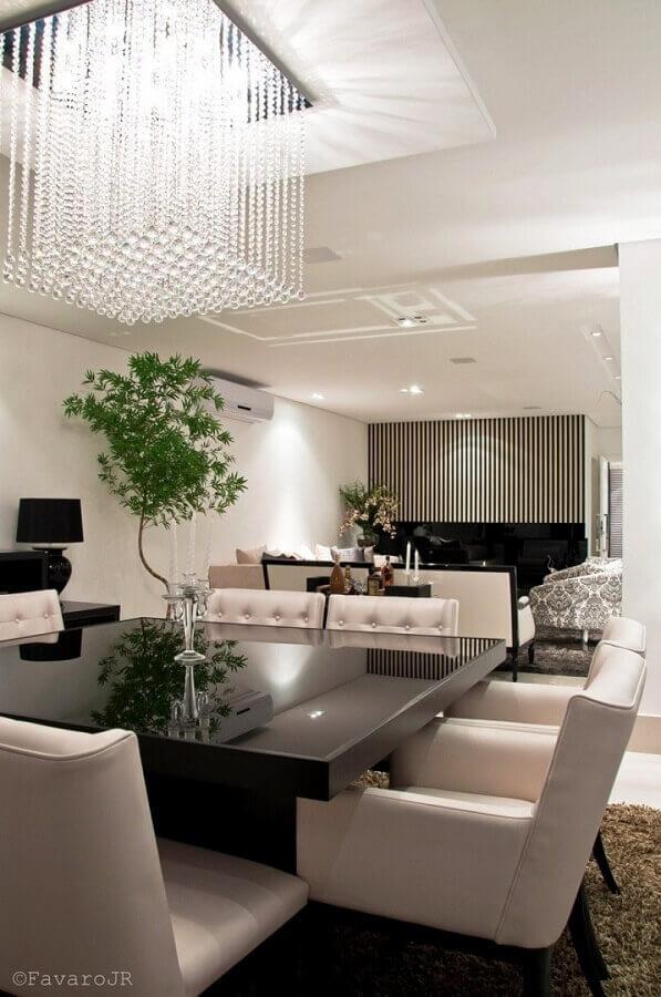 decoração branco e preta com lustres de cristal para sala de jantar Foto Favaro JR