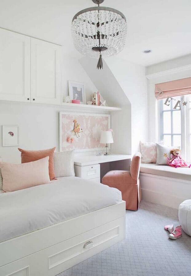 decoração branco e rosa com lustre de cristal para quarto feminino Foto Pinterest