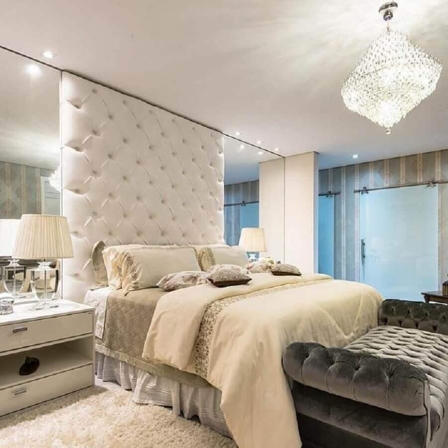 decoração clássica com lustre de cristal para quarto de casal todo branco Foto Pinterest