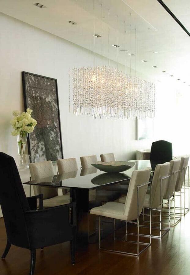 decoração clean com lustre de cristal para sala de jantar com cadeiras diferentes Foto Homedit
