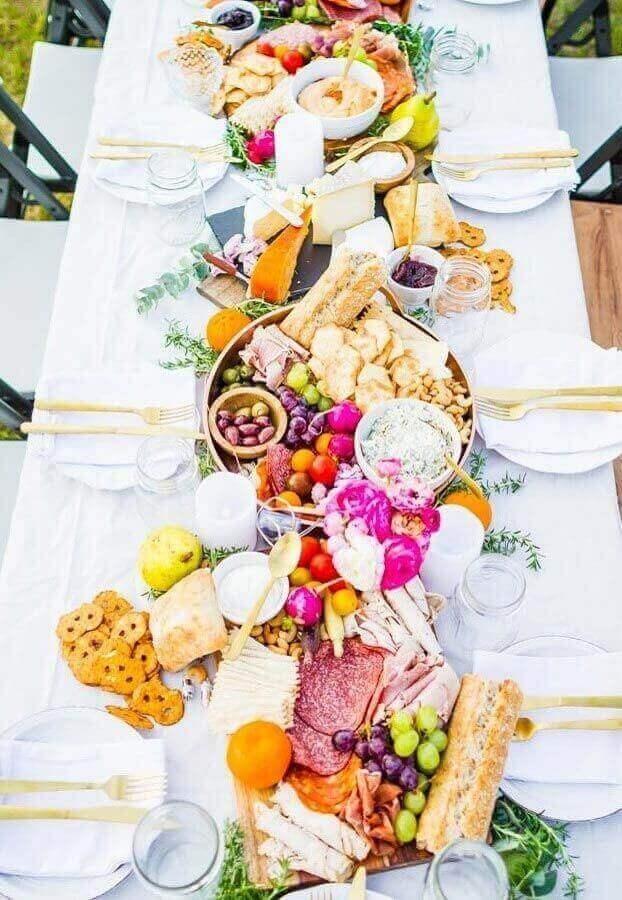 decoração com flores e talheres dourados para mesa de frios para casamento Foto My Name Is Snickerdoodle