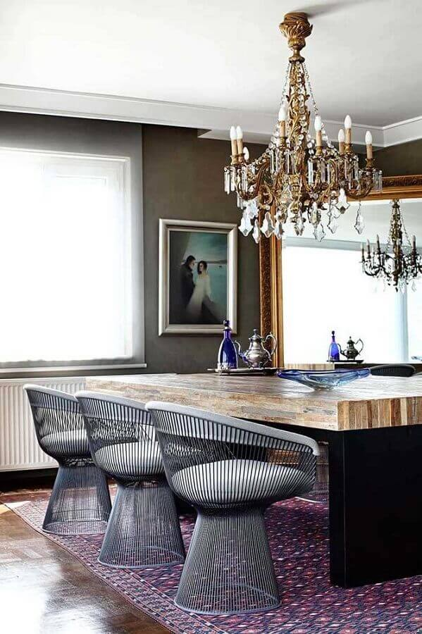 decoração com lustre de cristal com estrutura metalizada para sala de jantar com mesa de madeira e cadeiras modernas Foto Zozu