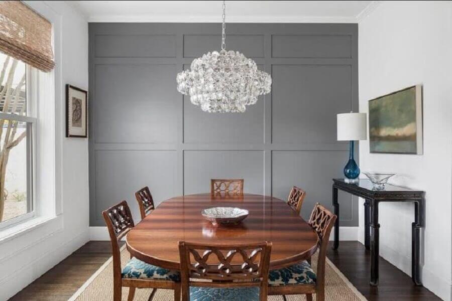 decoração com lustre de cristal para sala de jantar com mesa de madeira e aparador escuro Foto Our Town Crier