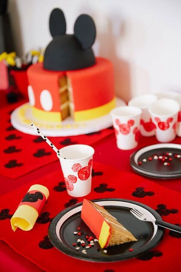 decoração com mickey com mesa vermelha Foto Disney Family