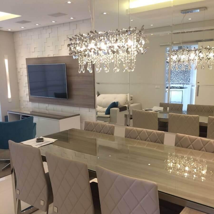 decoração com parede espelhada e lustres de cristal para sala de jantar integrada com sala de estar Foto Mello e Condini Arquitetura