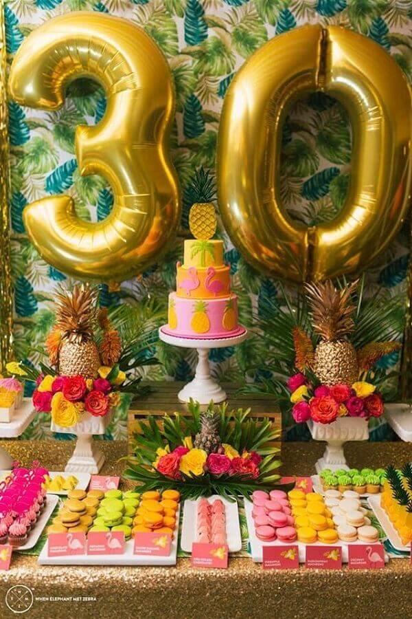 decoração de aniversário adulto com muitas flores folhagens e abacaxis Foto Pinterest