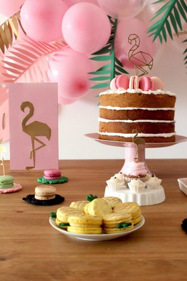 decoração de aniversário adulto com tema flamingos com macarons coloridos naked cake Foto Das Coisinhas