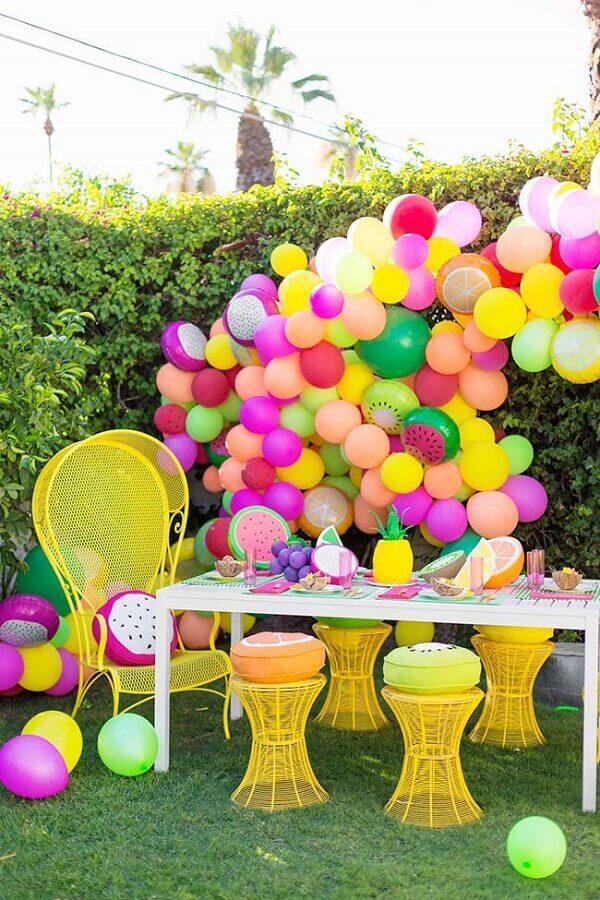 decoração de aniversário bem colorida com tema tropical e muitos balões coloridos e com formatos de frutas Decoratorist