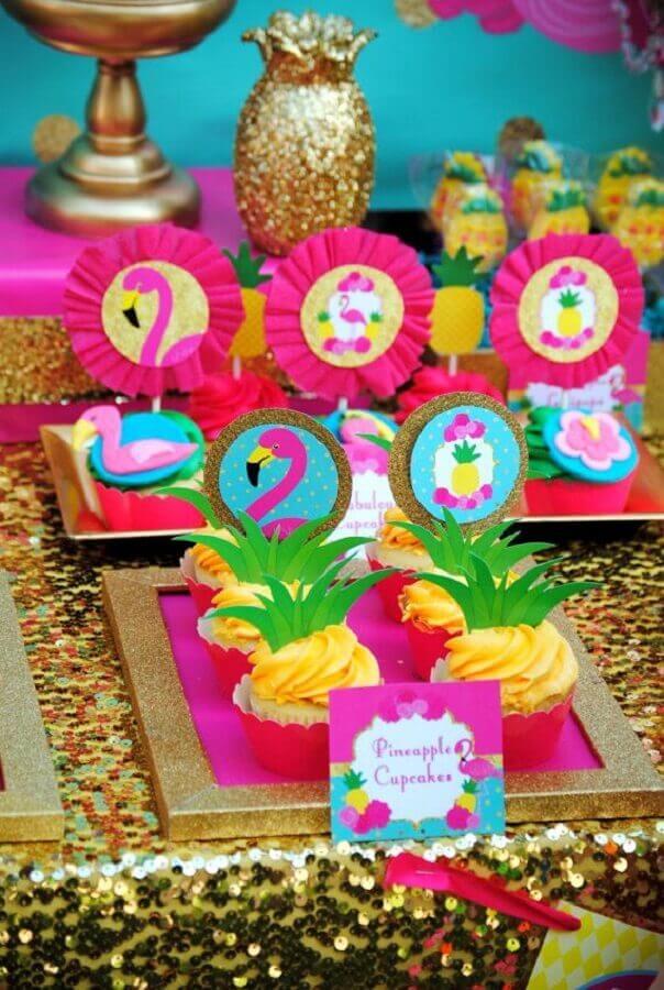 decoração de aniversário com docinhos personalizados com o tema flamingo Foto Pinterest