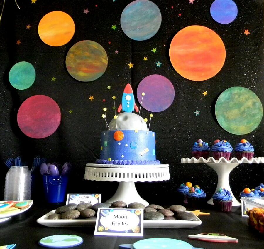 decoração de aniversário com nave espacial e painel com vários planetas Foto Happy Birthday Cake