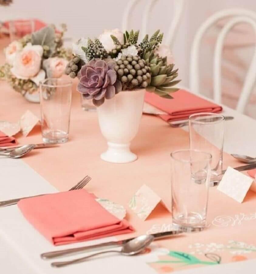decoração de aniversário de 15 anos com mesa rosa enfeitada com suculentas Foto Pinterest