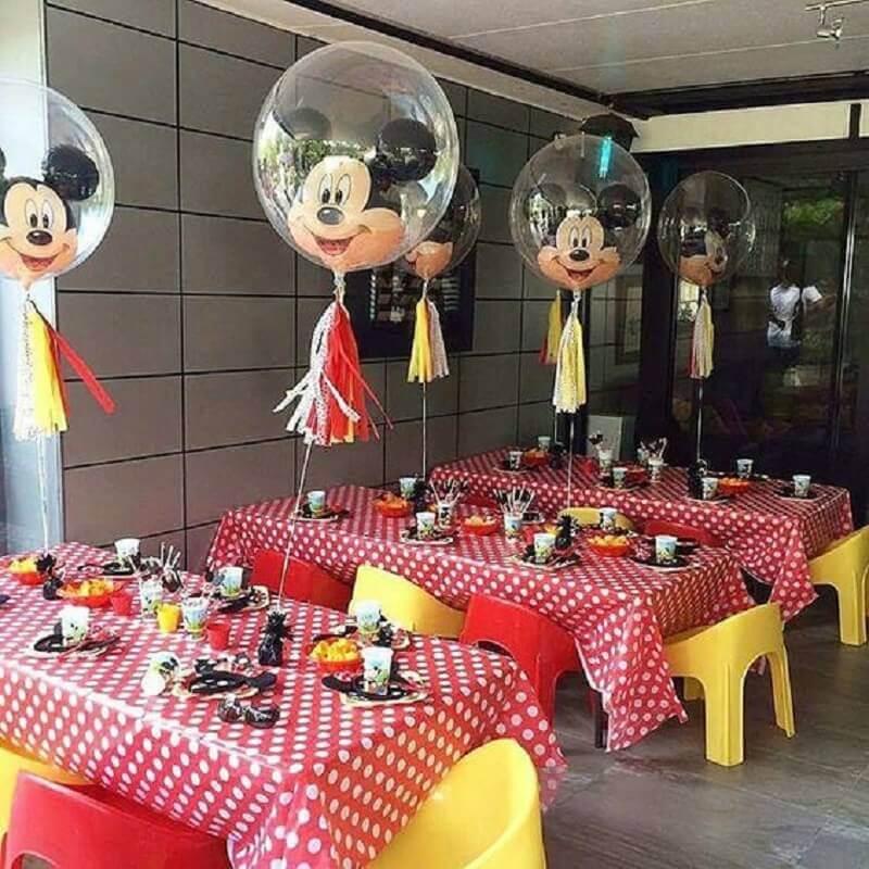 decoração de aniversário do mickey com balões diferentes e toalha de mesa de bolinhas Foto Pinosy