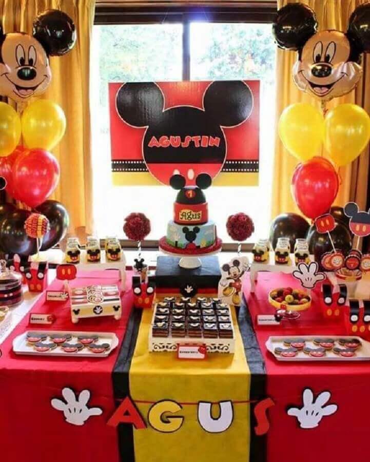 decoração de aniversário do mickey com balões diferentes e várias tags na mesa Foto Pinterest