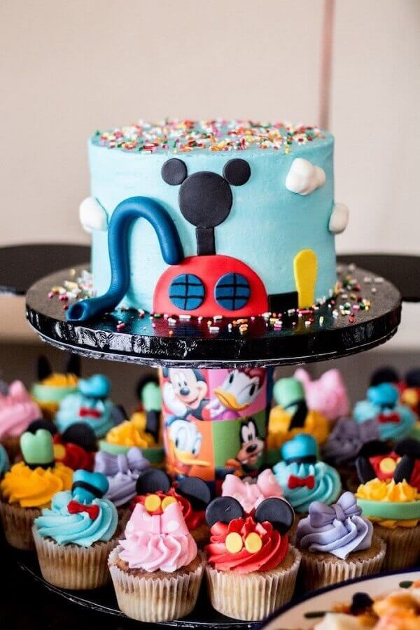 decoração de aniversário do mickey com bolo e cup cakes personalizados Foto Pinosy