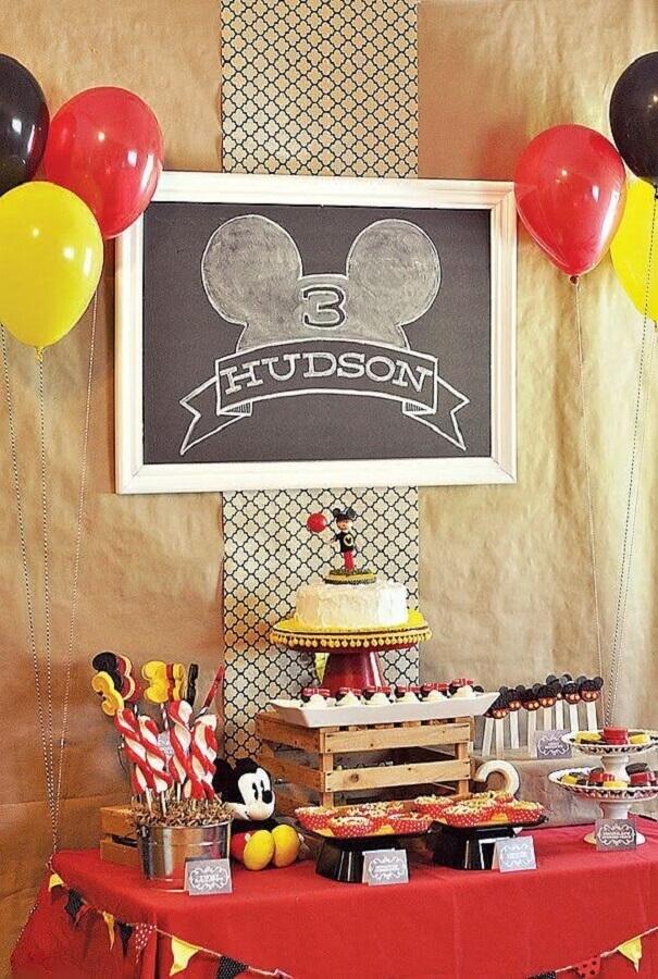 decoração de aniversário do mickey com detalhes rústicos Foto We Heart Parties