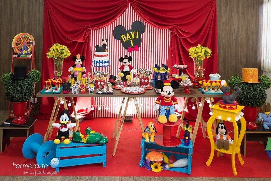 decoração de aniversário do mickey com vários bonecos de pelúcia Foto Fermerarte