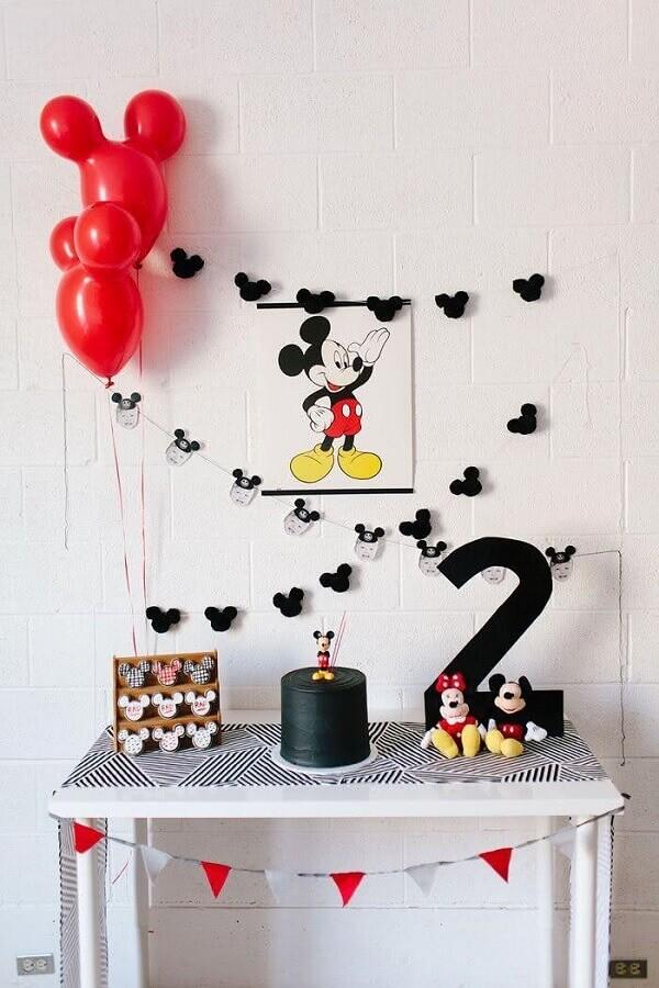 decoração de aniversário do mickey simples com bolo todo preto Foto Eu Crio Moda
