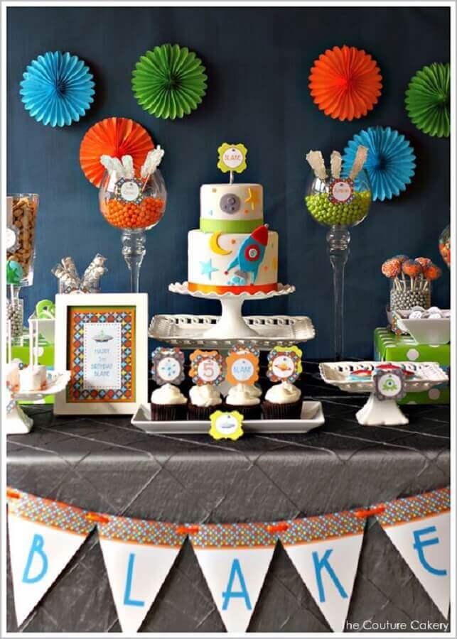 decoração de aniversário infantil colorida com tema nave espacial Foto Eu Crio Moda