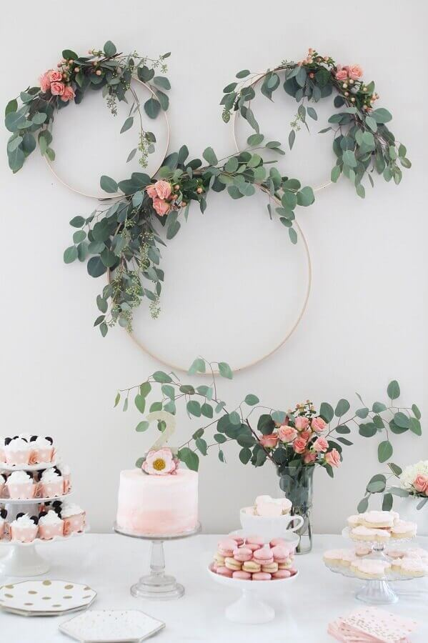 decoração de aniversário menina com arranjos de flores em arco Foto 12th and White