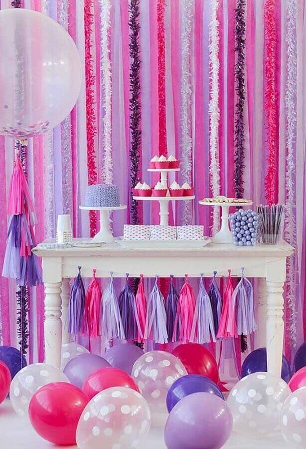 decoração de aniversário menina com painel de festão rosa e lilás e muitos balões Foto Pinosy